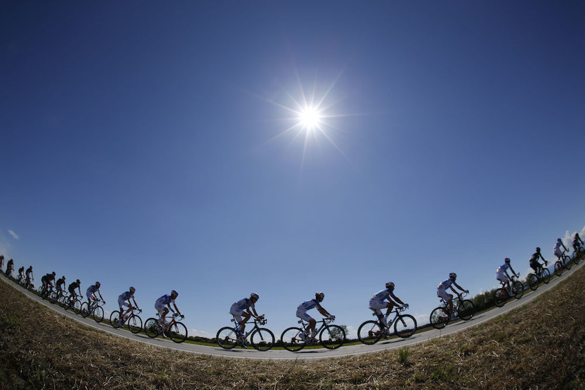 Volta a Portugal continues despite soaring temperatures and rider heatstroke