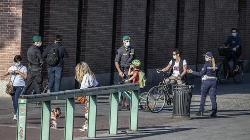 Extra police officers patrol Europe's streets and beaches as lockdown restrictions ease, Italy and Portugal | Euronews -