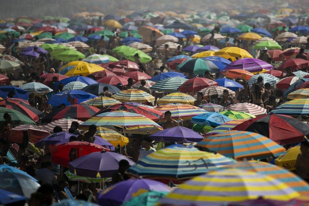 Quarantine-weary Brazilians head to beaches despite warnings -
