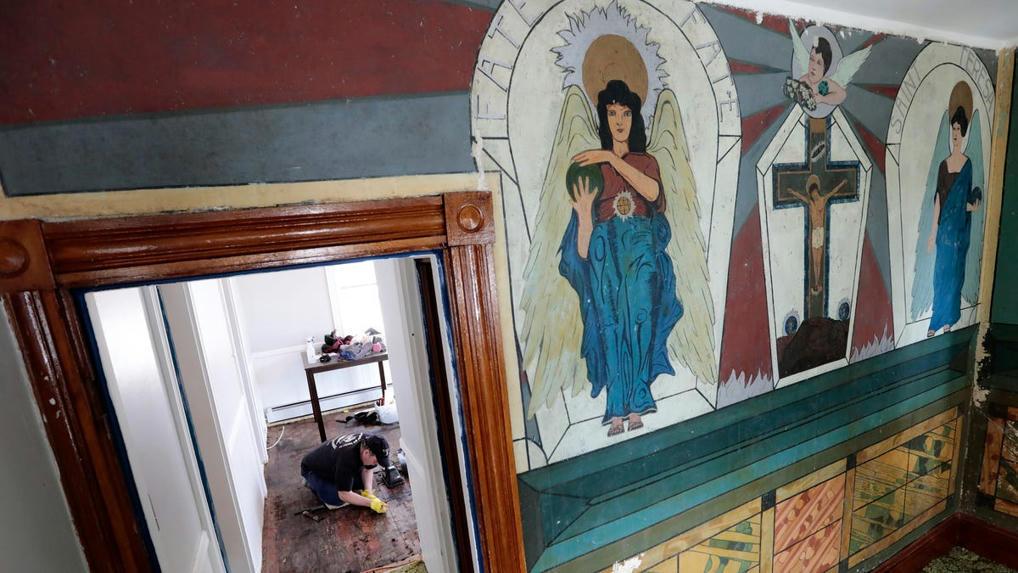 New Bedford homeowner finds strange images on walls under wallpaper - Portuguese Connection?